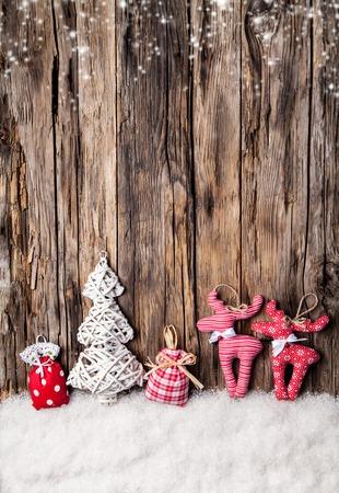 mo�os de navidad: El hogar hizo la decoraci�n de tela tradicional en tablones de madera
