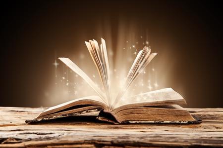 흐림 쉬머 배경으로 나무 널빤지에 오래 된 책