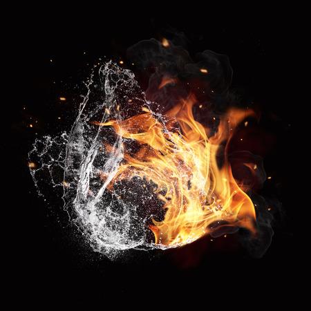 물과 불 에너지의 상징, 검은 배경에 고립