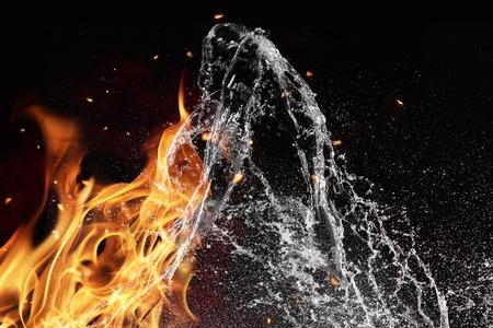 검정색 배경에 고립 된 물과 화재 에너지의 상징