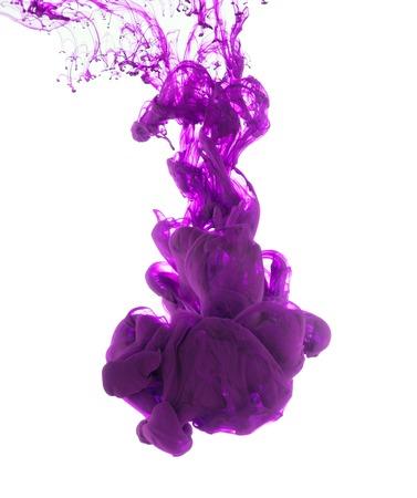 Estudio tirado de tinta púrpura en el agua, aislado en fondo blanco Foto de archivo