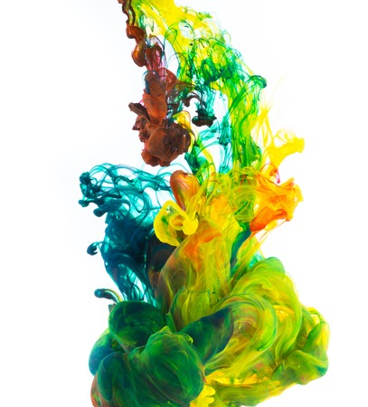 Estudio tirado de tinta de color en el agua, aislado en fondo blanco Foto de archivo