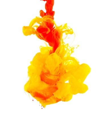 Studioaufnahme der farbigen Tinte in Wasser, isoliert auf weißem Hintergrund Standard-Bild - 32514499