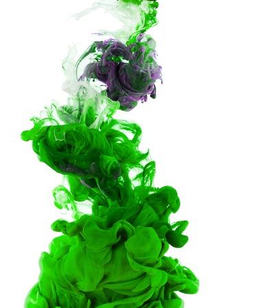 水では、白い背景で隔離の緑のインクのスタジオ撮影