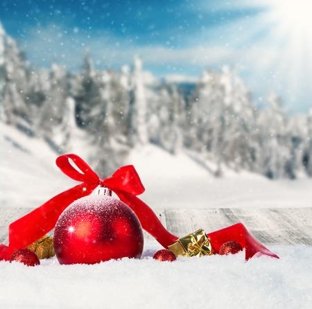 cold background: Paesaggio invernale innevato con palle di Natale rosso Archivio Fotografico