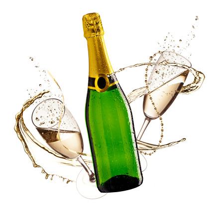 Twee glazen champagne en een fles met plons, geïsoleerd op een witte achtergrond