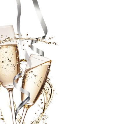 Deux verres de champagne avec splash, isolé sur fond blanc