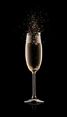 Viering thema. Glas champagne met splash, geïsoleerd op zwarte achtergrond