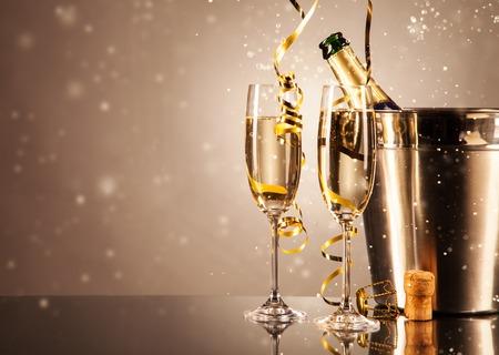 corcho: Copas de champán con cintas y burbujas alrededor. Concepto de celebración