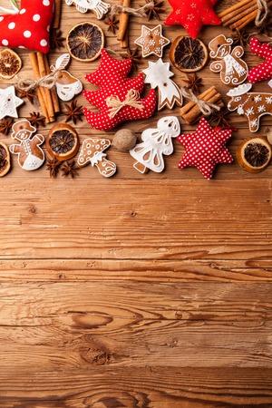 weihnachtskuchen: Traditionelle Lebkuchen hängen auf Holzuntergrund