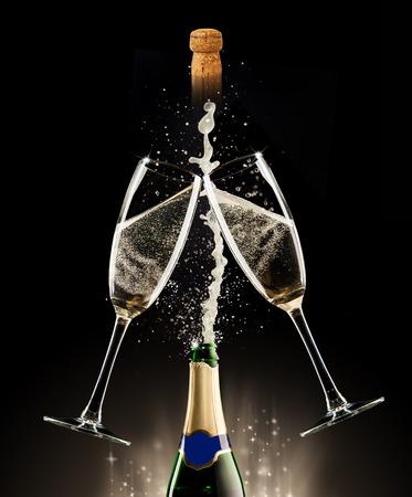 Celebration thema. Glazen en een fles champagne met bubbels, geïsoleerd op zwarte achtergrond