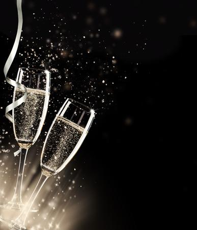 ruban noir: Deux verres de champagne avec splash, sur fond noir