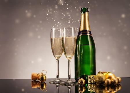 Champagne fles met een bril. Viering thema met champagne stilleven Stockfoto