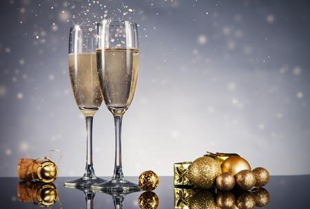 brindisi spumante: Bicchieri di champagne. Tema Celebrazione con champagne still life Archivio Fotografico
