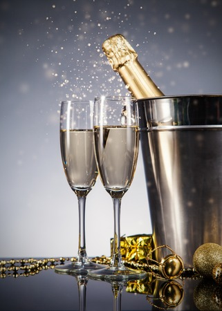 Champagne fles met een bril. Viering thema met champagne stilleven Stockfoto - 33491640
