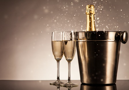 botella champagne: Botella de Champagne con gafas. Tema de la celebración con champán naturaleza muerta Foto de archivo