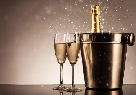 Butelka szampana w okularach. Obchody motyw martwej natury z szampanem