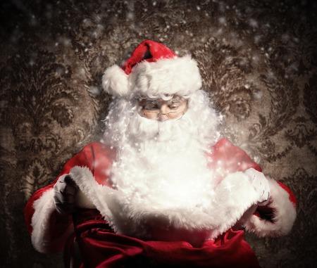 가방을 들고 의상에서 산타 클로스와 가진 크리스마스 개념. 배경으로 어두운 패턴 스톡 콘텐츠