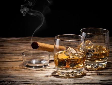 cigarro: Bebidas whisky en tablones de madera