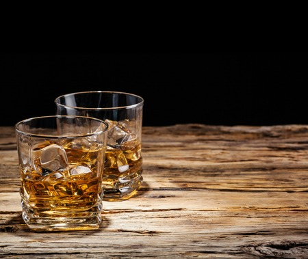 Whiskey drinks on wood Stockfoto