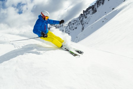 narciarz: Mężczyzna narciarz na downhill freeride z słońca i widokiem na góry