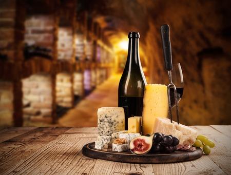 Varios tipos de queso con vino tinto en bodega Foto de archivo - 37122853