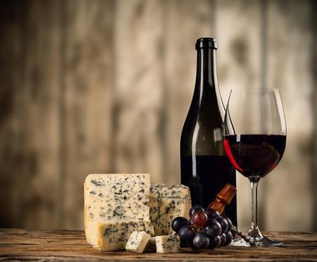 Verschillende soorten kaas met rode wijn