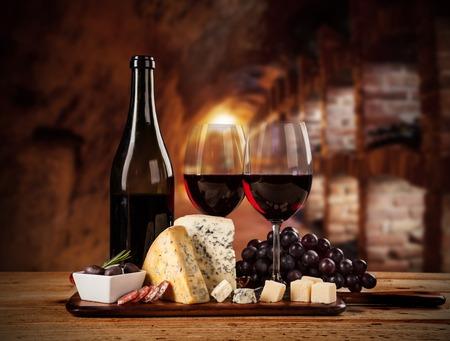 queso de cabra: Varios tipos de queso con vino tinto en bodega Foto de archivo