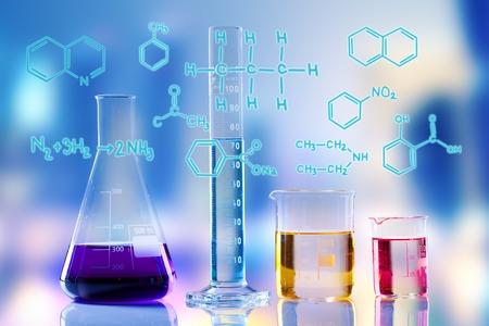 Laboratorium glazen buizen met formule