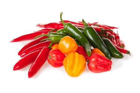 Geïsoleerde stapel van divers soort Spaanse peperspeper die op witte achtergrond wordt geïsoleerd Stockfoto
