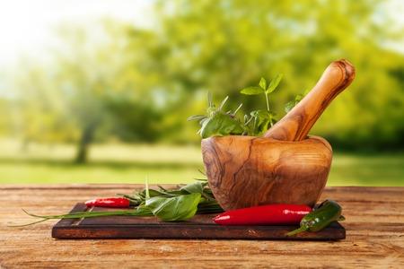 molinillo: Diversos tipos de especias en mesa de madera con mortero