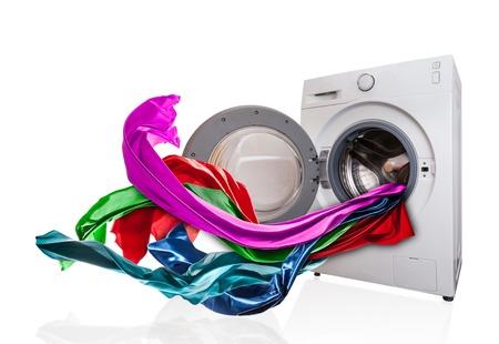 Gekleurde doek vliegen van wasmachine, geïsoleerd op een witte achtergrond