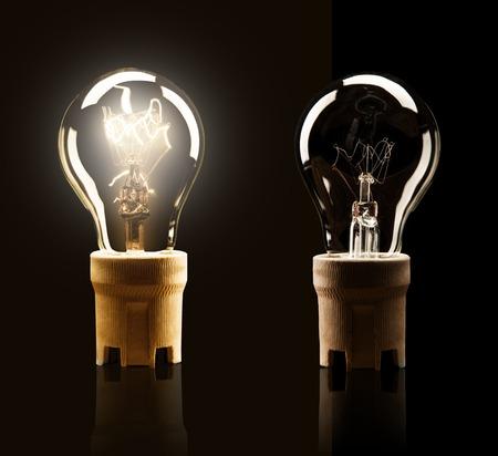 Les ampoules allumées et éteintes, isolé sur fond noir Banque d'images - 38946318