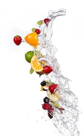 水とフルーツのミックス飛沫分離に白い背景