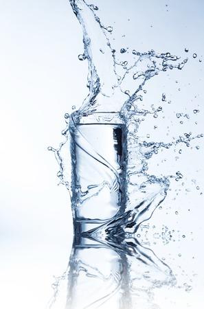 vasos de agua: Bebida fresca con la corriente de disparo salpicaduras de agua en movimiento congelaci�n