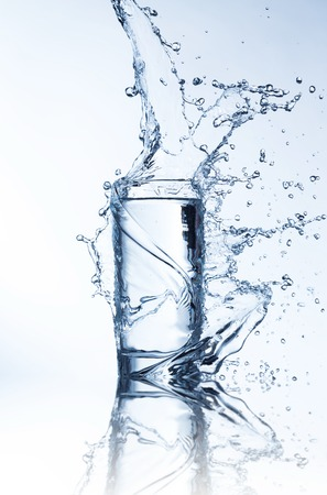 Verse drank met opspattend stroom van water geschoten op bevriezen beweging Stockfoto
