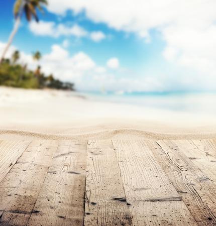 空的木制码头,可以看到沙滩。文本或产品放置的自由空间