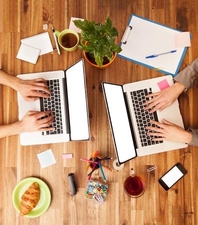 Man en vrouw werken op laptops. Schot van boven zicht Stockfoto