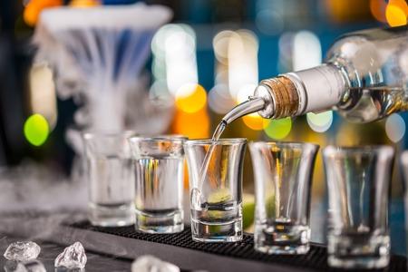 Barman versant dur esprit dans des verres en détail Banque d'images - 40267928