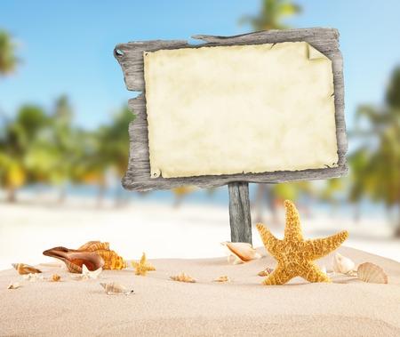 etoile de mer: Summer beach avec des coquillages, des étoiles et affiche bois vierge. Blur mer d'azur sur fond