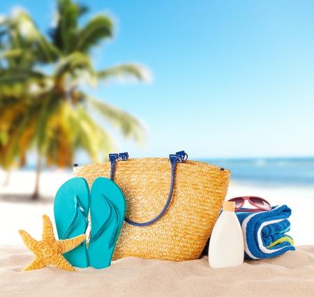 액세서리와 함께 여름 해변. 배경에 푸른 바다를 흐리게