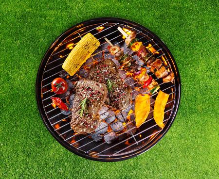 quincho: Parrilla con varios tipos de carne. Colocado en la hierba Foto de archivo