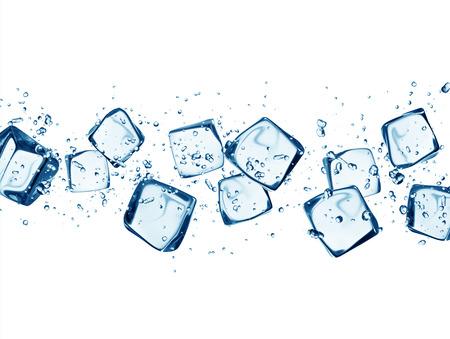 cubetti di ghiaccio: Calo dei cubetti di ghiaccio in spruzzi d'acqua isolato su sfondo bianco Archivio Fotografico