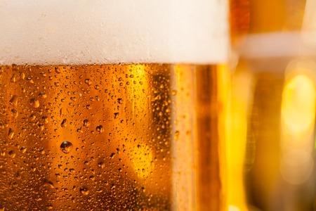 vasos de cerveza: Primer plano de una jarra de cerveza colocado en barra de bar
