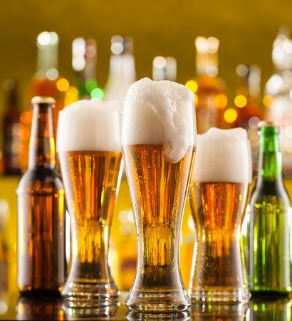 vasos de cerveza: Jarras de cerveza colocadas en barra de bar con copyspace Foto de archivo