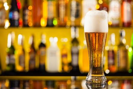 vasos de cerveza: Jarra de cerveza coloca en barra de bar con copyspace