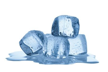白い背景で隔離の氷の融解のグループします。 写真素材