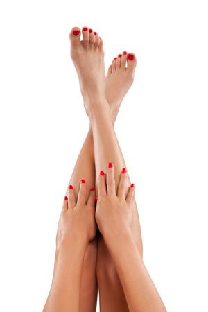 jolie pieds: les jambes et les mains des femmes parfaites, isolé sur fond blanc