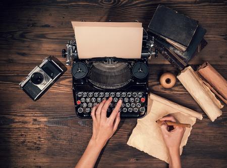 レトロ タイプライターは、木製の板に配置されます。空中角 写真素材