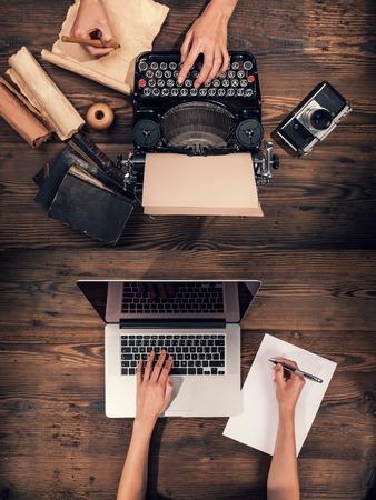 máquina de escribir: Máquina de escribir vieja con el ordenador portátil, el concepto de progreso de la tecnología